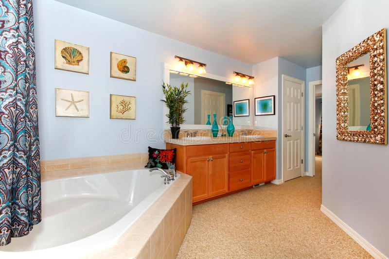 Blaues Badezimmer mit großer Dreieckwanne stockbilder