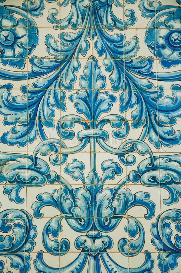 Blaues Blumenmuster handgemalt auf Keramikfliesen in Caceres lizenzfreie stockbilder