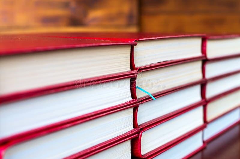 blaues Bookmark in einem der Bücher stockfotos