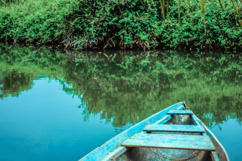 Blaues Boot auf dem Fluss lizenzfreies stockbild