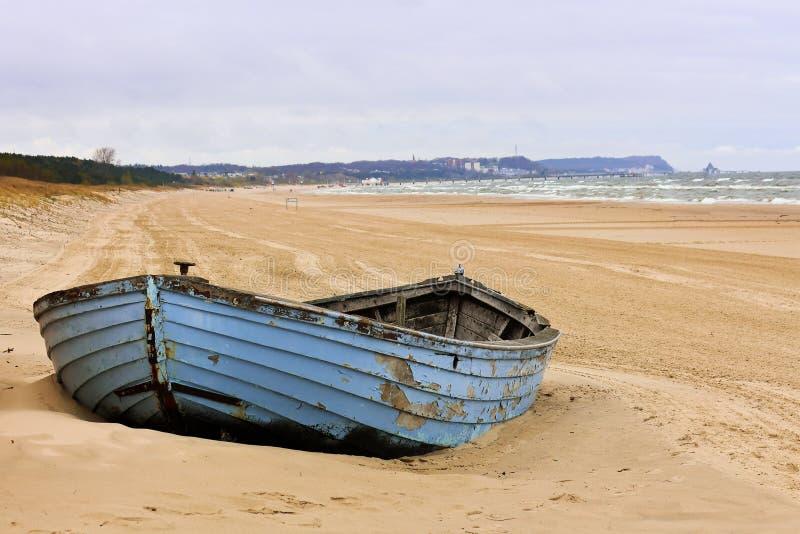 Blaues Boot auf dem Strand lizenzfreies stockfoto