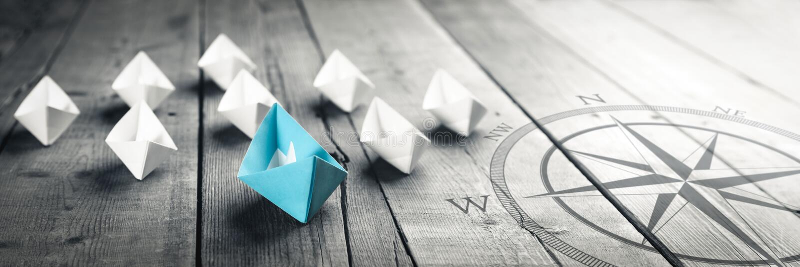 Blaues Boot, welches die Weise führt lizenzfreie stockfotos