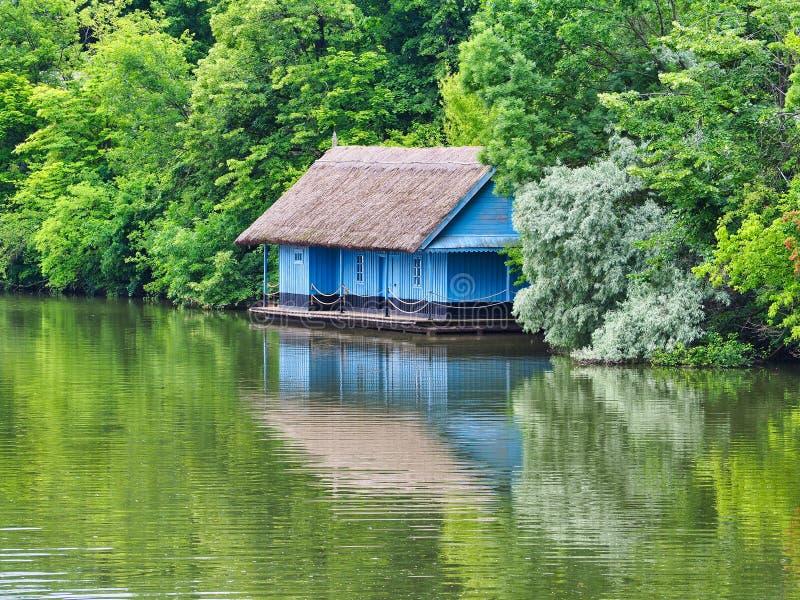 Blaues Boots-Haus, See Her?str?u, Bukarest, Rumänien lizenzfreie stockbilder