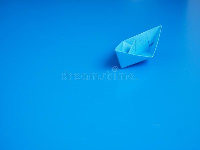 Blaues Bootspapier des Gesch?ftsorigamis lizenzfreie stockbilder
