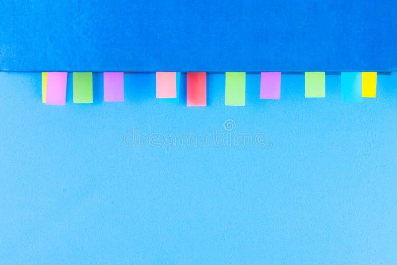 Blaues Buch mit buntem Beitragsanmerkungsaufkleber lizenzfreies stockfoto