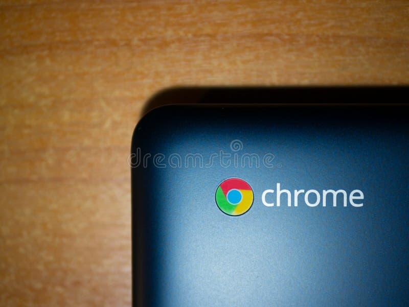 Blaues Chromebook auf einem Holztisch lizenzfreie stockfotografie