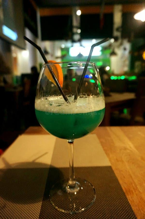 Blaues Cocktail ` blaues Lagune ` im Café auf dem Tisch lizenzfreies stockbild