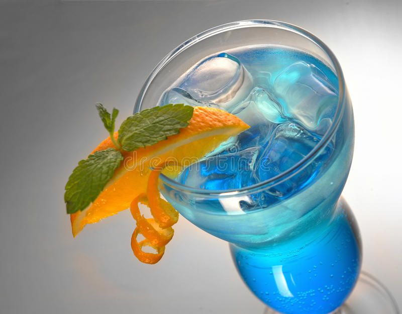 Blaues Cocktail mit Eis und Orange stockbilder