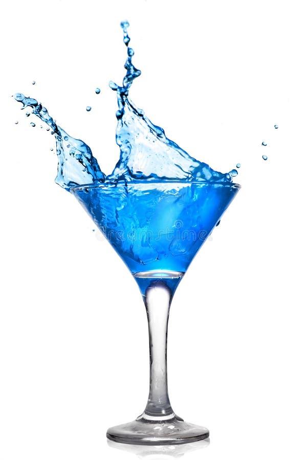 Blaues Cocktail mit Spritzen stockbilder
