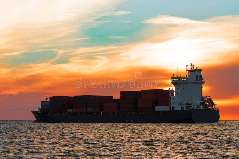 Blaues Containerschiff stockbild