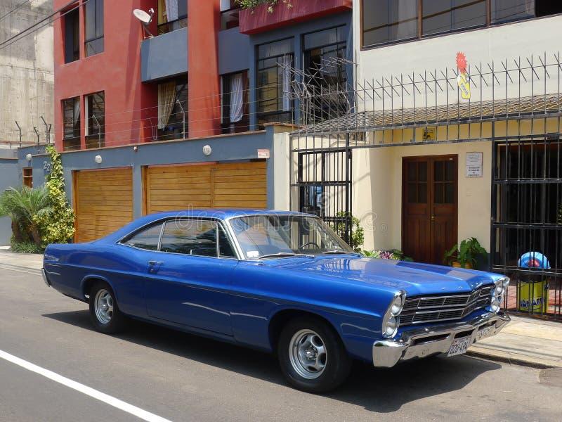 Blaues Coupé Fords XL Farbe der großen Größe in Miraflores, Lima lizenzfreies stockfoto