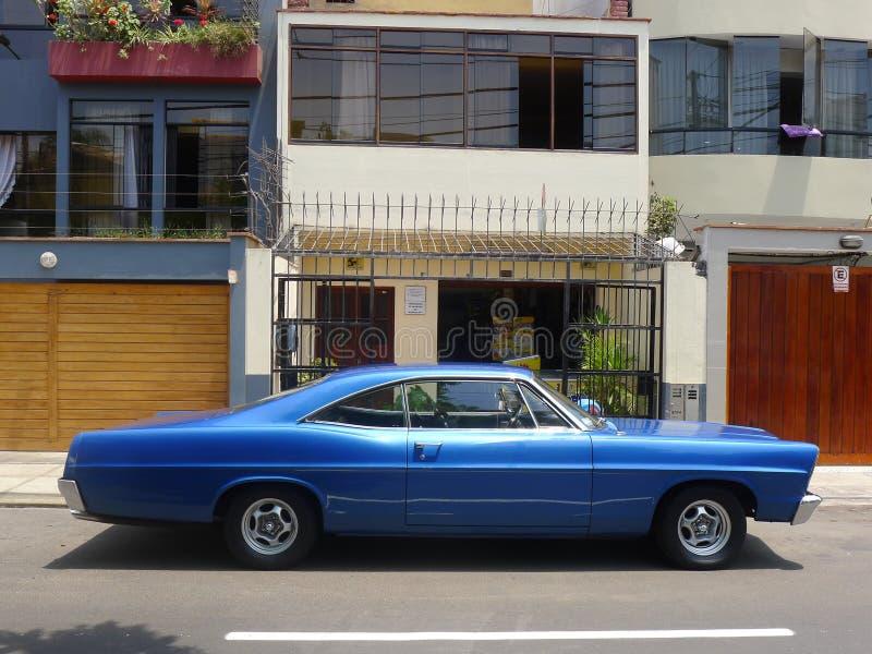 Blaues Coupé Fords XL Farbe der großen Größe in Miraflores, Lima lizenzfreie stockbilder