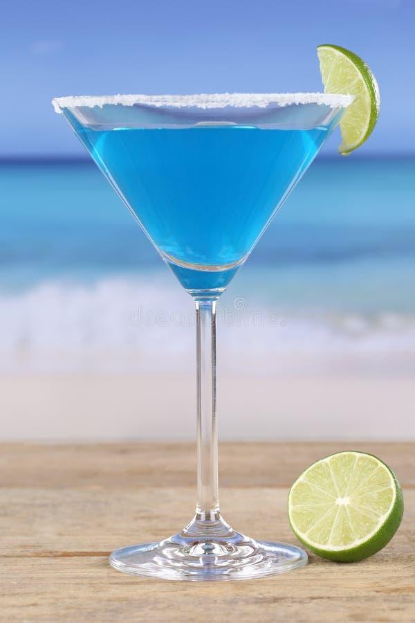 Blaues Curaçao-Cocktail auf dem Strand stockfotos