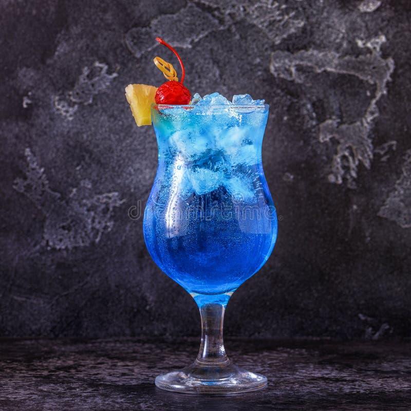 Blaues Curaçao-Cocktail verziert mit Frucht lizenzfreies stockbild