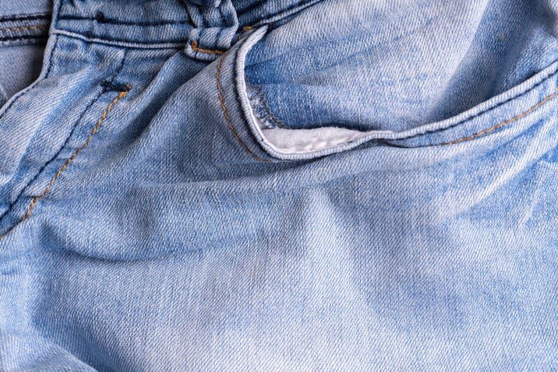 Blaues Denim Baumwollgewebe, Jeans Kreativer Weinlesehintergrund Tasche und Reißverschluss Die Linie ist von der geringen Qualitä lizenzfreies stockbild