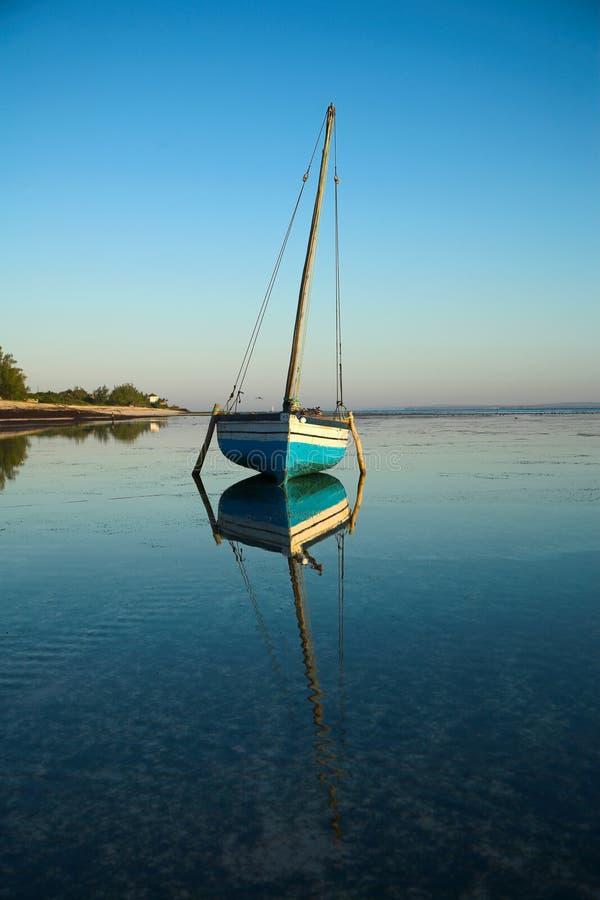 Blaues Dhow-Segeln-Boot lizenzfreies stockfoto