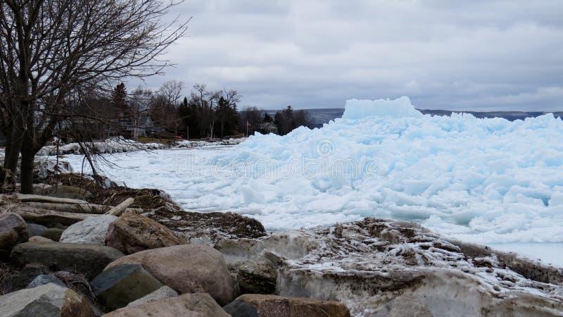 Blaues Eis in Meaford, Ontario, Kanada lizenzfreies stockfoto