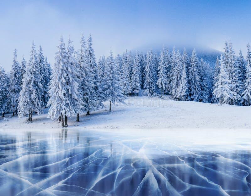 Blaues Eis und Sprünge auf der Oberfläche von lizenzfreie stockfotos