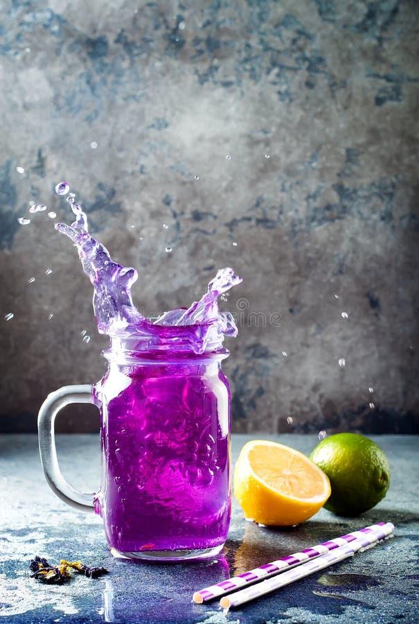 Blaues Eistee oder Limonade der Schmetterlingserbsenblume Kräutergetränk des gesunden Detox stockfotografie