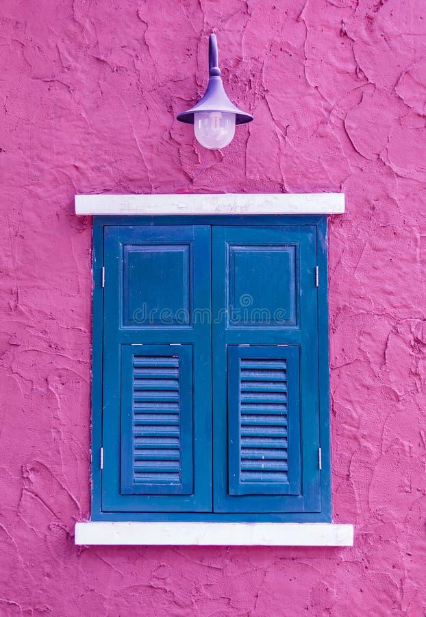 blaues fenster auf rosa wand stockbild bild von laterne haupt 47861131. Black Bedroom Furniture Sets. Home Design Ideas
