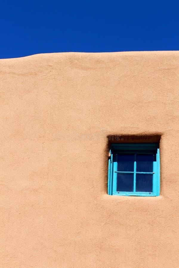 Blaues Fenster auf Ziegelsteinwand stockfoto