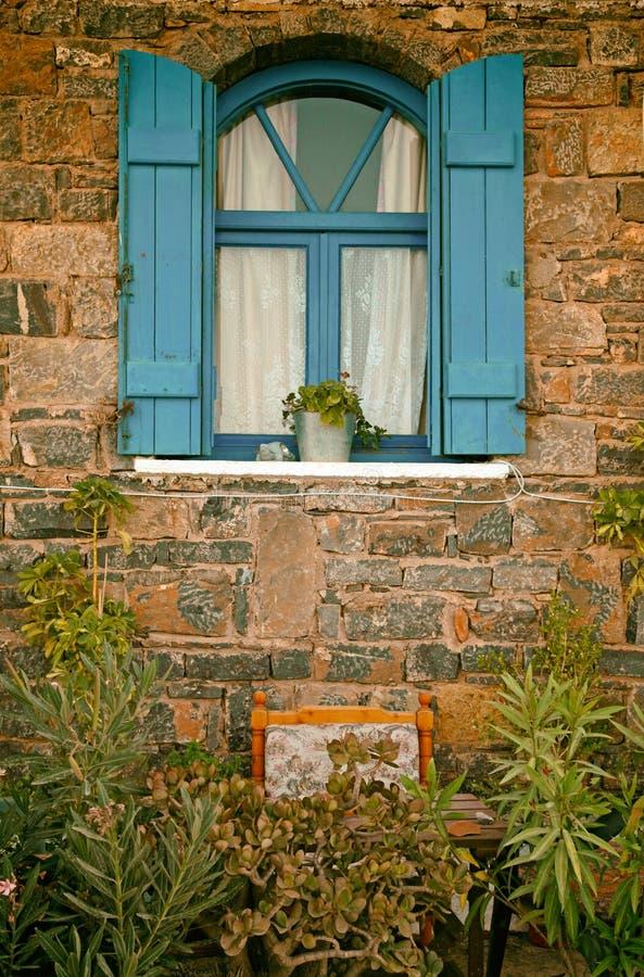 Blaues Fenster der Weinlese, Griechenland lizenzfreie stockfotografie
