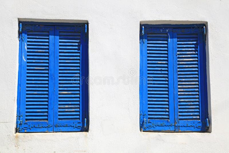 Blaues Fenster der Weinlese mit Fensterladen (Griechenland) stockfotografie