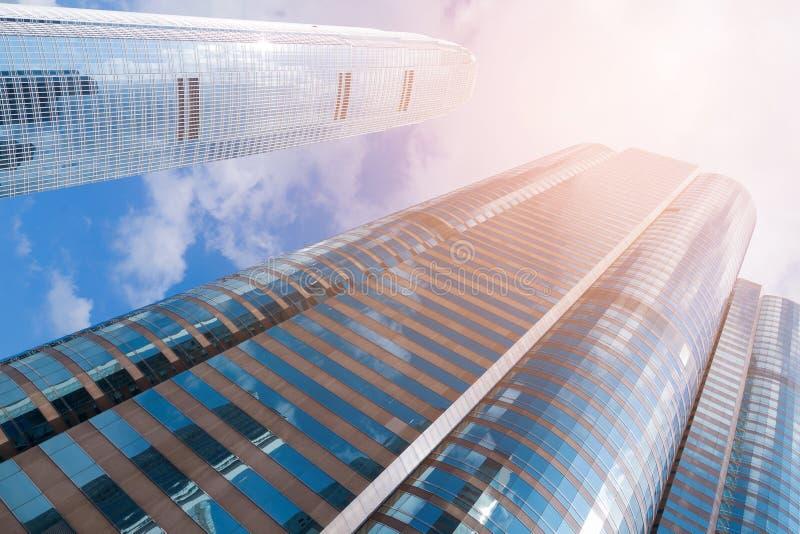 Blaues Fensterbürogebäude der Ansicht von unten gegen blauen Himmel stockbilder