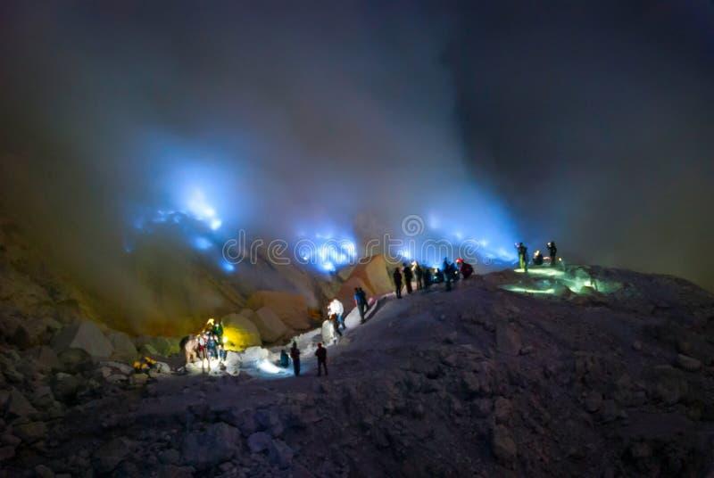 Blaues Feuer am kawah ijen Krater, Indonesien stockfotografie