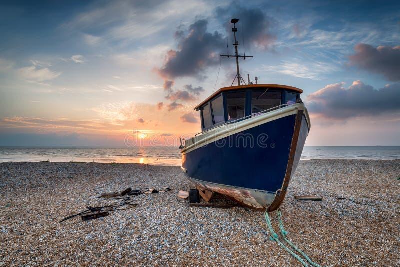 Blaues Fischerboot lizenzfreie stockbilder