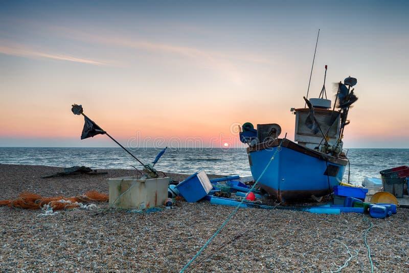 Blaues Fischerboot auf einem Strand im Suffolk lizenzfreies stockbild