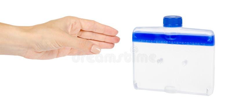 Blaues flüssiges Reinigungsmittel mit der Hand für Reinigungsspülmaschinenmaschine stockbilder