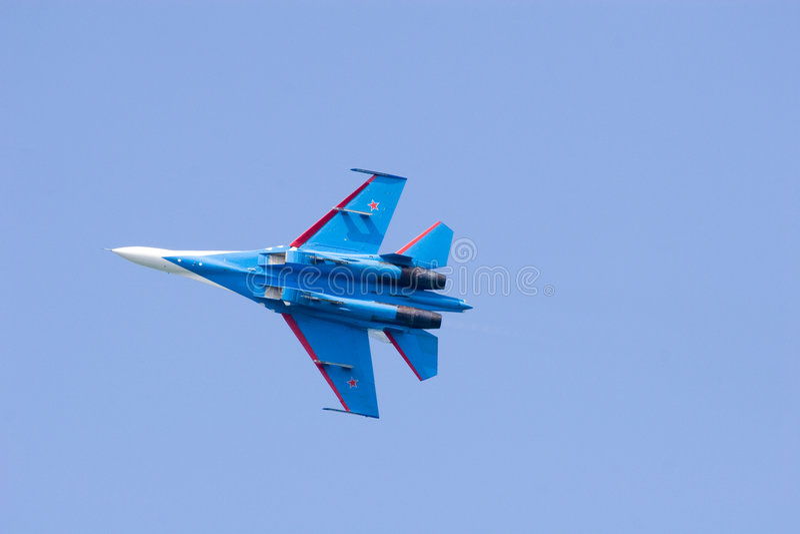 Blaues Flugzeug im blauen Himmel lizenzfreie stockfotografie