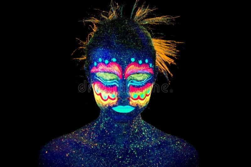 Blaues Frauenportr?t, Ausl?nder schl?ft, ultraviolettes Make-up Sch?n auf einem dunklen Hintergrund lizenzfreies stockbild