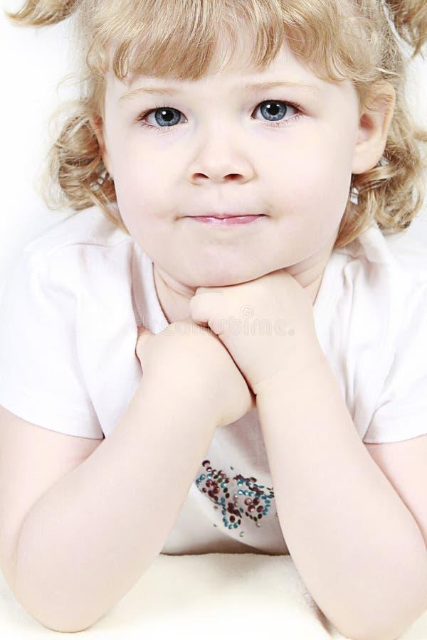 Blaues gemustertes kleines Mädchen stockfotos