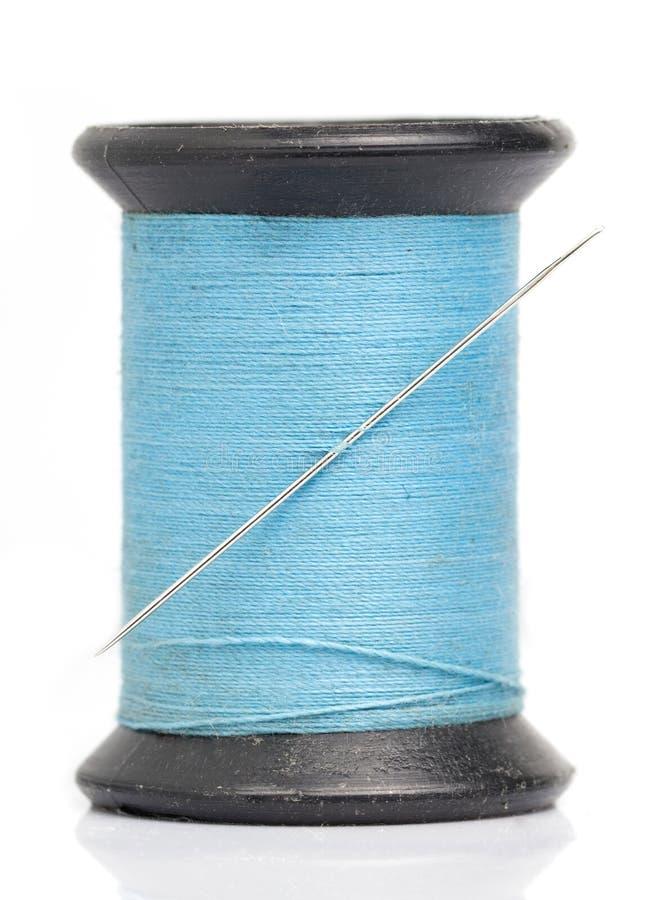Blaues Gewinde mit Nadel stockfotos