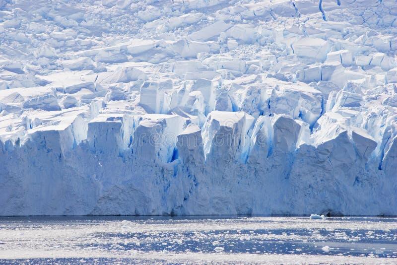 Blaues Gletschergesicht im Schattenbild mit großen Spalten lizenzfreie stockfotos
