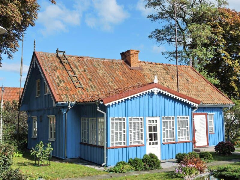 Blaues hölzernes Haus, Litauen lizenzfreies stockfoto