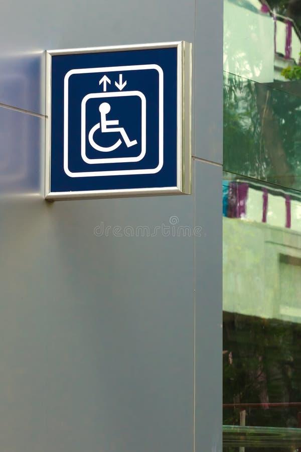 Blaues Handikap-Aufzugs-Zeichen lizenzfreies stockfoto