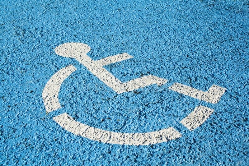 Blaues Handikapparkenzeichen lizenzfreie stockfotos