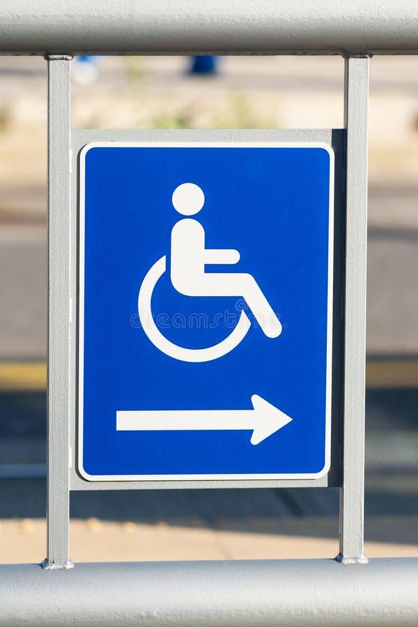 Blaues Handikapzeichen mit einem Pfeil lizenzfreies stockfoto