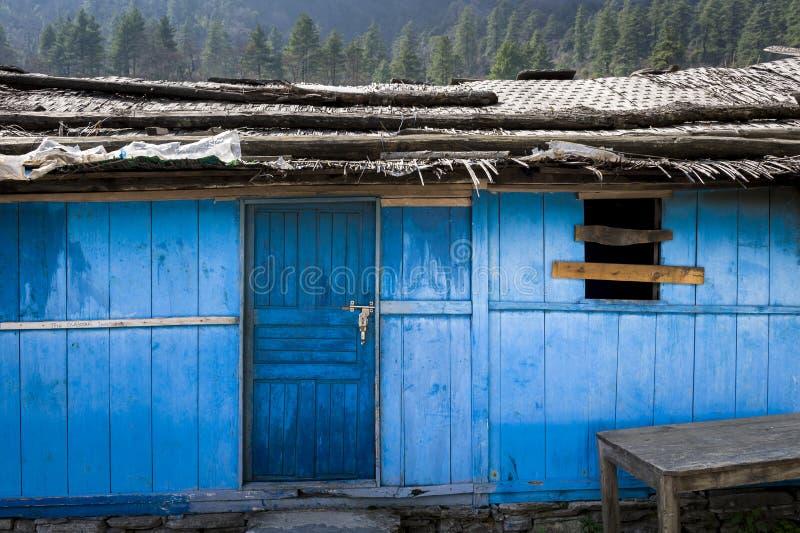 Blaues Haus in den Himalaja-Bergen stockfotos