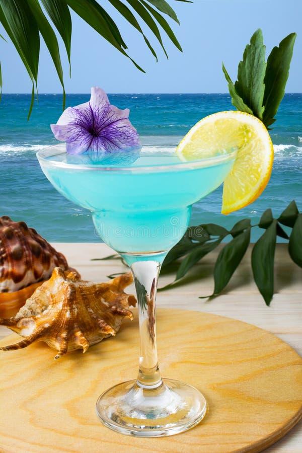 Blaues hawaiisches Cocktail auf dem tropischen Strand lizenzfreie stockfotos