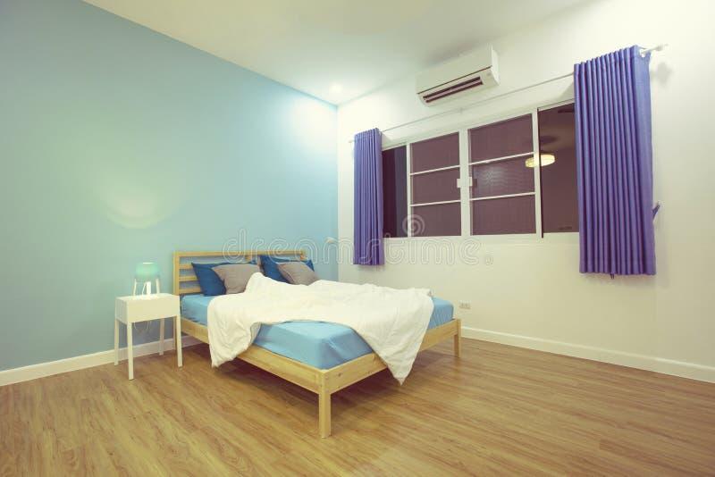 Blaues helles Schlafzimmer des Jungenraumes mit weißem Zubehör lizenzfreie stockbilder