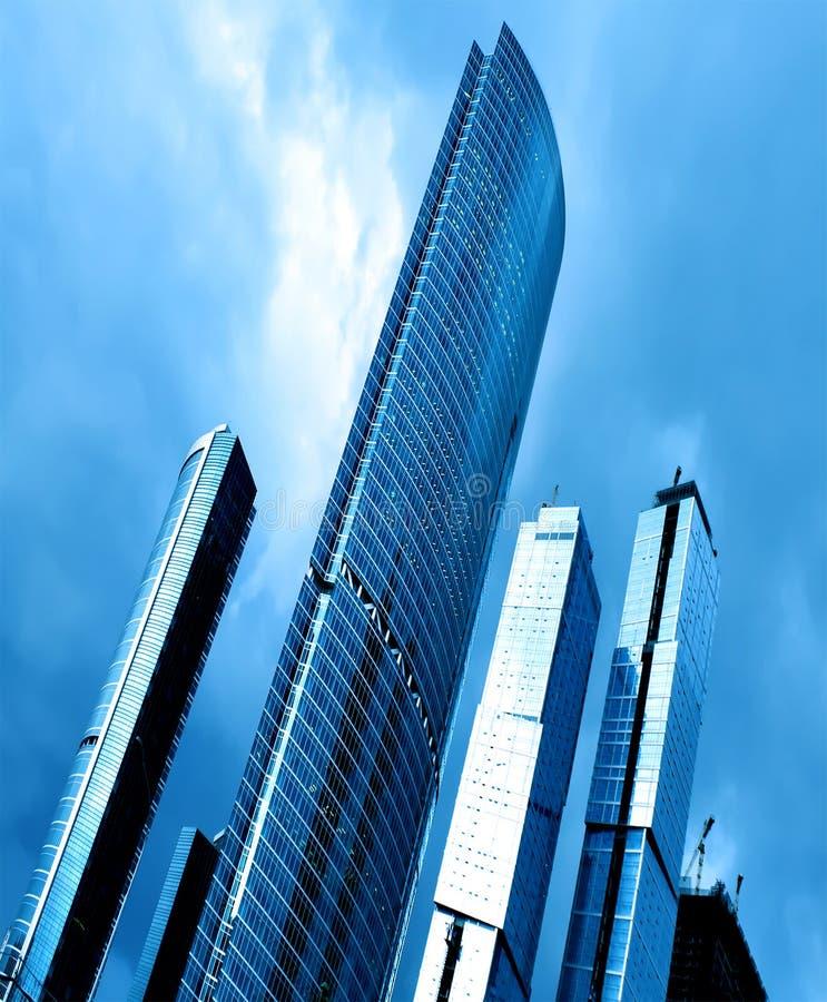 Blaues hohes modernes Glasgebäude lizenzfreie stockbilder