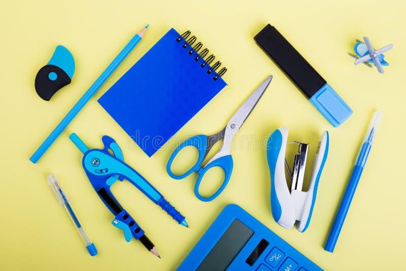 Blaues Kanzleigericht auf gelbem Hintergrund lizenzfreies stockbild