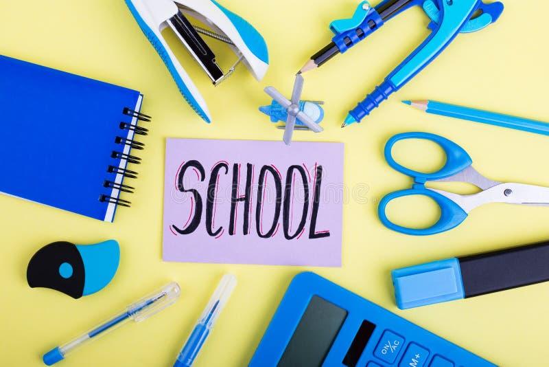Blaues Kanzleigericht, Aufschrift Schule lizenzfreie stockfotografie