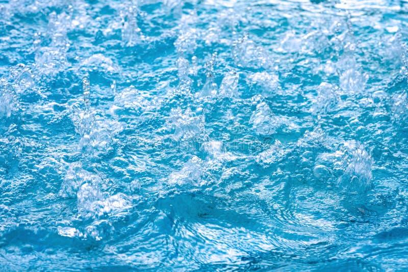 blaues klares S??wasser im Jacuzzi Badekurortmassagehintergrund Azurblaue Farbe lizenzfreie stockbilder