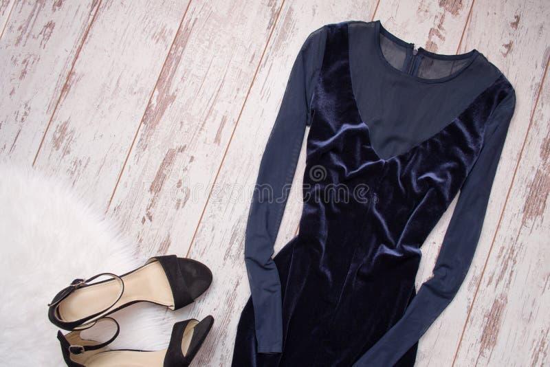 Dunkelblaues kleid und schwarze schuhe