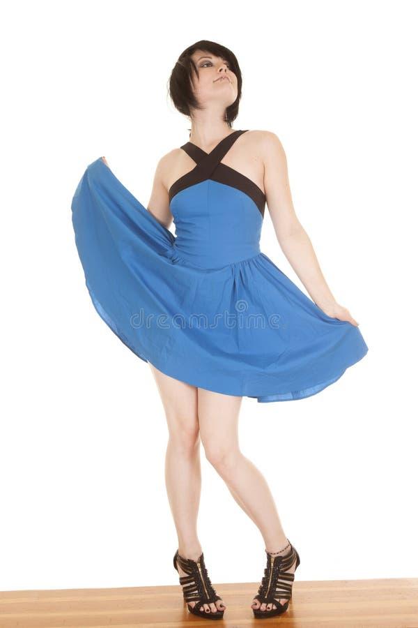 Blaues Kleidergesichtsdurchdringen hält heraus Rock lizenzfreie stockfotos